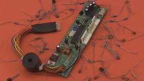 Circuito electrónico que gira en un fondo rojo metrajes