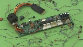 Circuito electrónico que gira en un fondo verde almacen de video