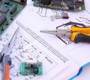 Circuito electrónico y herramientas Fotografía de archivo libre de regalías