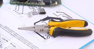 Circuito eletrônico e ferramentas Imagem de Stock