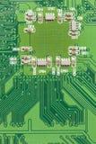 Circuito elettrico verde con i microchip ed i transistor fotografie stock libere da diritti
