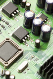 Circuito elettrico verde con i microchip ed i transistor fotografie stock