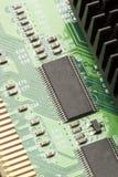 Circuito elettrico verde con i microchip ed i transistor Immagini Stock