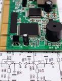 Circuito stampato che si trova sul diagramma di elettronica, tecnologia Fotografie Stock