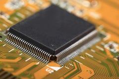 Circuito stampato con le componenti elettriche Immagini Stock Libere da Diritti
