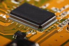 Circuito stampato con le componenti elettriche Fotografia Stock Libera da Diritti