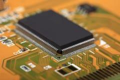 Circuito stampato con le componenti elettriche Fotografie Stock Libere da Diritti