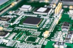 Circuito stampato da un computer nel nero con le linee verde Immagini Stock Libere da Diritti