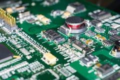 Circuito stampato da un computer nel nero con le linee verde Fotografie Stock
