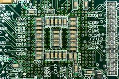 Circuito stampato da un computer nel nero con le linee verde Fotografie Stock Libere da Diritti