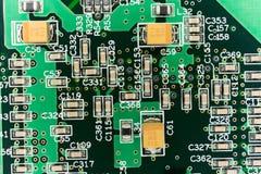Circuito stampato da un computer nel nero con le linee verde Immagine Stock
