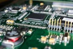 Circuito stampato da un computer nel nero con le linee verde Immagini Stock