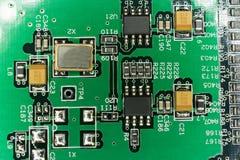 Circuito stampato da un computer nel nero con le linee verde Fotografia Stock Libera da Diritti