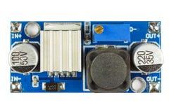 Circuito stampato del convertitore di tensione con i componenti elettronici installati isolati su fondo bianco immagini stock