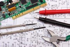 Circuito stampato strumenti di precisione e cavo del multimetro sul diagramma di elettronica Immagini Stock Libere da Diritti