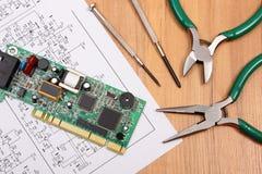 Circuito stampato strumenti di precisione e diagramma di elettronica, tecnologia Fotografia Stock Libera da Diritti