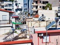 Circuitos de agua calientes solares en las casas de alta densidad de Atenas, Grecia fotos de archivo
