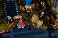 Circuitos integrados viejos en un receptor de radio análogo Resistores, imagenes de archivo