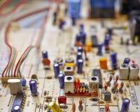 Circuits électroniques dans salut une radio de fidélité images stock