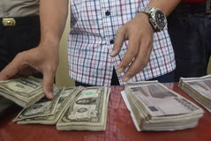 Circulação de travamento do dinheiro falso do título o dólar e o euro Foto de Stock