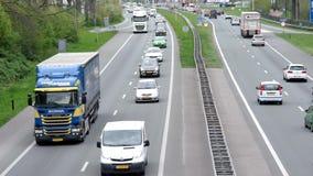 Circulación densa cerca de Gelredome, Arnhem almacen de video