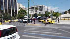 Circulación densa, cuadrado de Sydtagma, Atenas, Grecia almacen de video