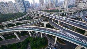 Circulación densa en el intercambio de la carretera, vista aérea del horizonte de Shangai almacen de metraje de vídeo