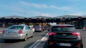 Circulación densa en el paso de frontera Batrovci entre Croacia y Serbia almacen de video