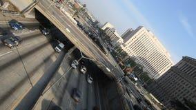 Circulación densa en el paso superior en la autopista sin peaje 101 en Los Ángeles céntrico - inclinado metrajes