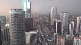 Circulación densa por la tarde en el distrito financiero de Levent de Estambul, Turquía metrajes