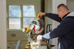 Circulaire a vu Bois d'Using Circular Saw de charpentier Photographie stock