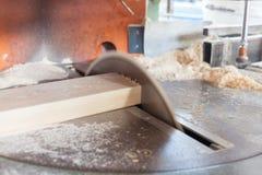 Circulaire a vu Travailleur à l'aide de la scie de circulaire pour le bois Photo libre de droits
