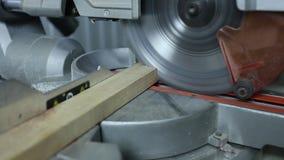 Circular vio piezas de las sierras Madera aserrada en la fábrica cerrado Producción de los muebles Manos masculinas que beben los almacen de video