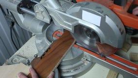 Circular vio piezas de las sierras Madera aserrada en la fábrica cerrado Producción de los muebles Manos masculinas que beben los metrajes