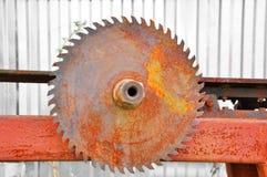 A circular viu a l?mina no fundo branco fotos de stock