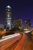 Circulation abstraite d'autoroute de Timelapse la nuit dans la visibilité directe Images stock