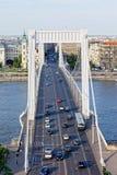 Circulation de Budapest sur la passerelle d'Elizabeth Images stock