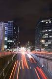 Circulation de nuit et vie nocturne occupée à Bruxelles photos libres de droits