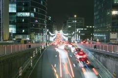 Circulation de nuit et vie nocturne occupée à Bruxelles images libres de droits