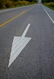 Circulation de symbole de flèche sur la route Images libres de droits