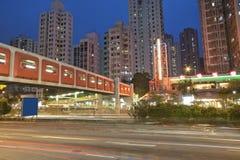 Circulation occupée la nuit dans la ville Photographie stock libre de droits