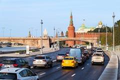 Circulation routière de matin sur la rue de remblai de Kremlin Photo libre de droits