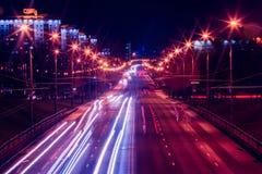 Circulation routière et illumination de ville de soirée Images stock