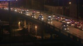 Circulation urbaine dense sur le pont banque de vidéos
