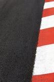 Circulez en voiture la bordure de trottoir d'asphalte de chemin sur le circuit de rue du Monaco photos libres de droits