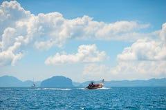 Circulez en voiture le bateau thaïlandais en bois en mer d'Andaman photos libres de droits