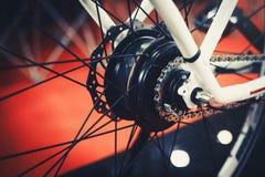 Circulez en voiture le vélo électrique installé dans la roue, roue de moteur, technologie verte, soin environnemental image libre de droits