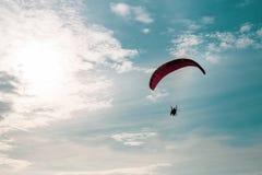 Circulez en voiture le vol de parapentiste en ciel bleu avec le nuage blanc à l'arrière-plan images libres de droits