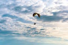 Circulez en voiture le vol de parapentiste en ciel bleu avec le nuage blanc à l'arrière-plan photo libre de droits