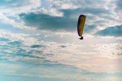 Circulez en voiture le vol de parapentiste en ciel bleu avec le nuage blanc à l'arrière-plan image libre de droits